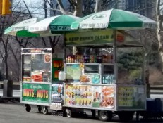 Hot Dogs und geb rannte Mandeln